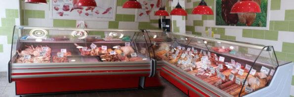 Холодильные витрины в мясном магазине